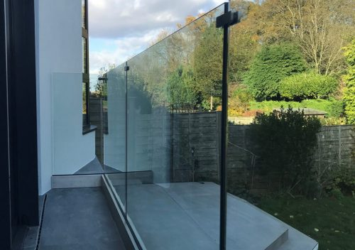Frameless glass balustrade with no railing