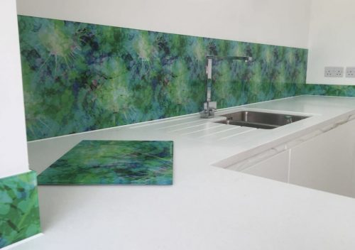 Glass splash back with a printed pattern